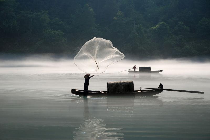 在雾河捕鱼的渔夫