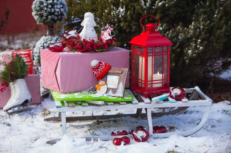 雪地里的圣诞节装饰品