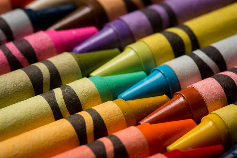 不同颜色的蜡笔