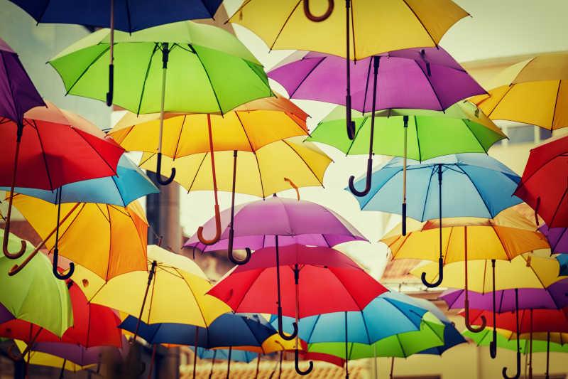 五颜六色雨伞