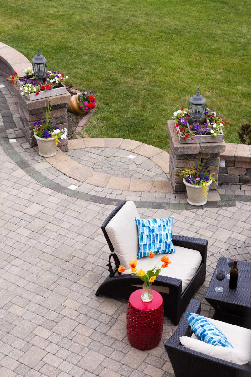 豪华石庭院舒适的座椅