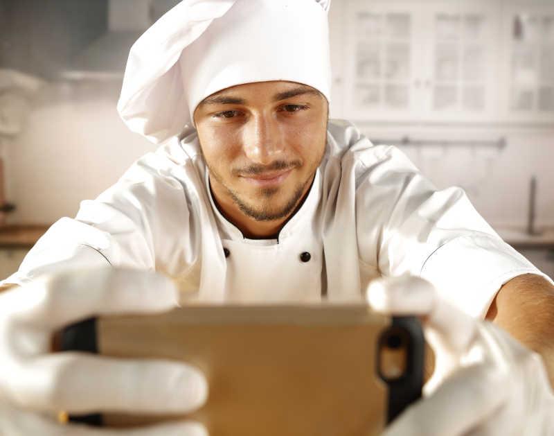厨房里自拍的厨师