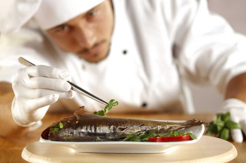 正在装饰鱼的厨师