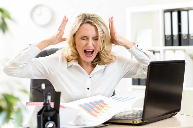 办公室对着笔记本尖叫的女人