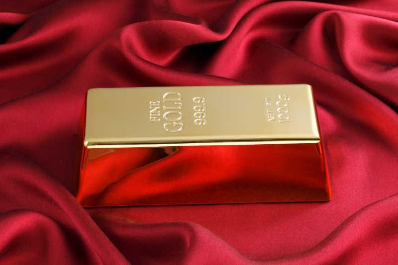 红色丝绸上的黄金金条