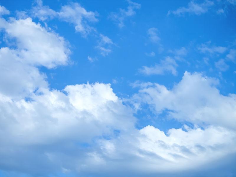天空中的白色云朵