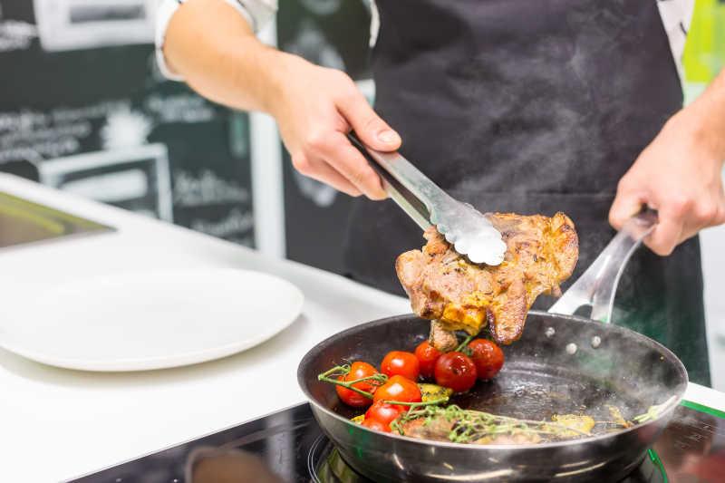 把肉放小番茄煎制