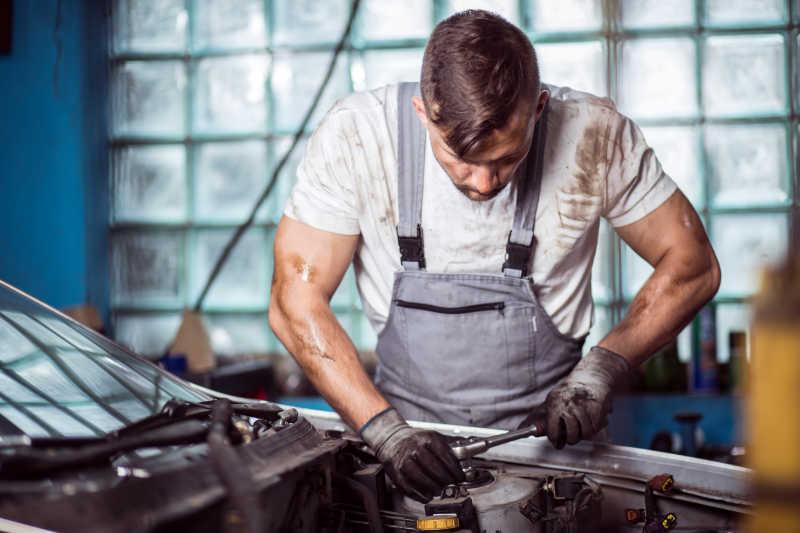 正在修理汽车发动机的男性修理工