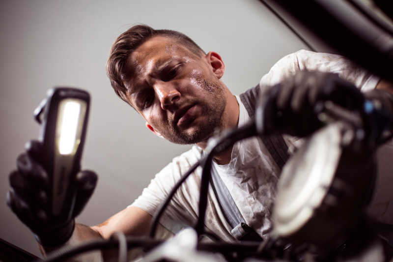检查汽车的男性修理工