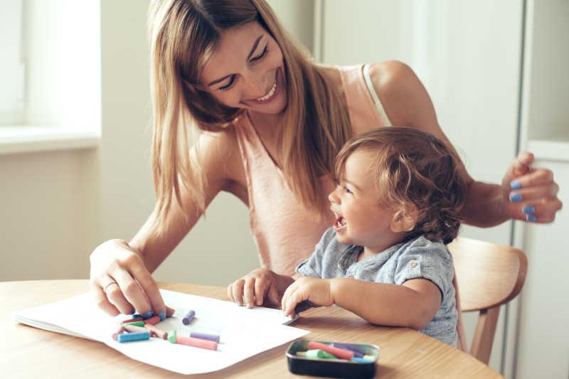 母亲和儿子一起开心的画画