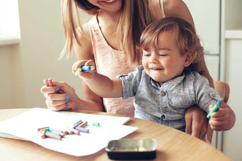 妈妈陪着孩子一起画画