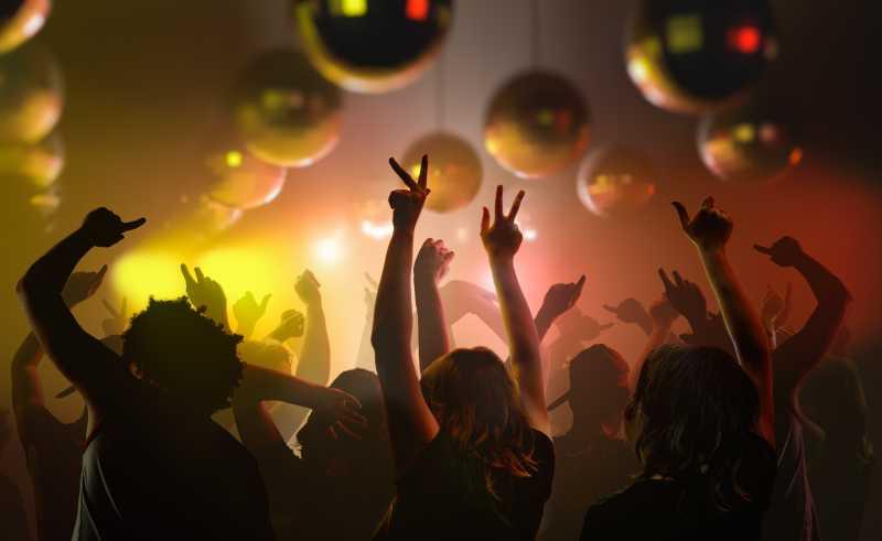 年轻人在俱乐部跳舞
