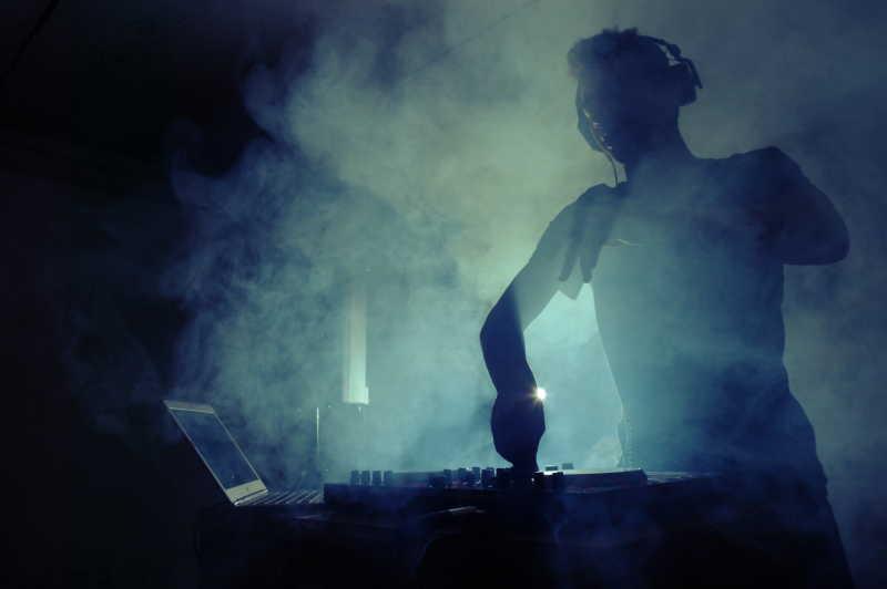 音乐会上的DJ