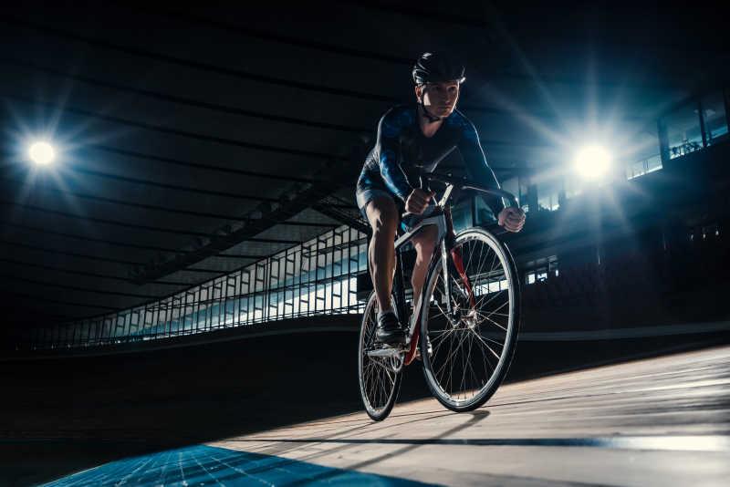 正在夜间比赛的自信车运动员