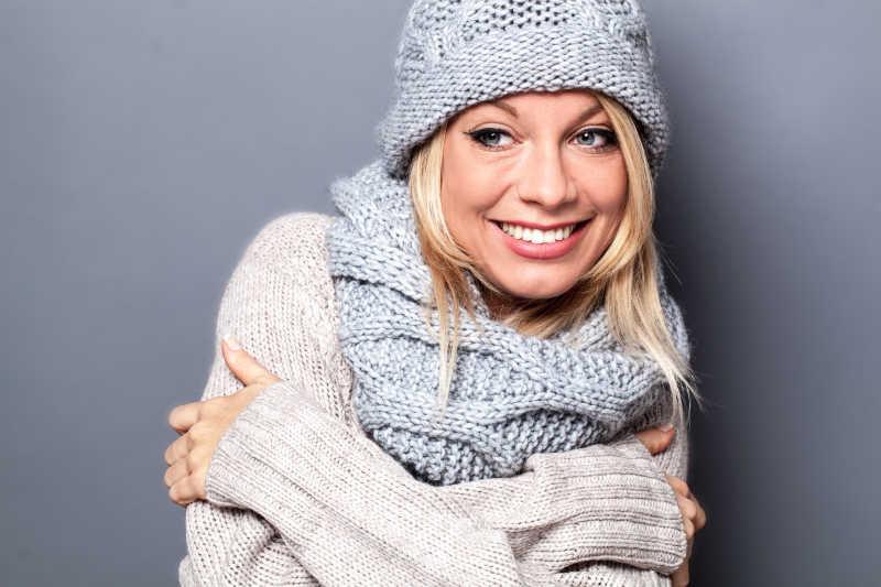 金发女人享受时尚柔软的羊毛的冬天