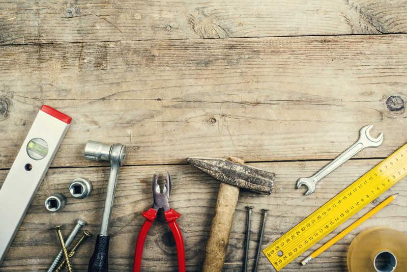 木板上的各种家庭维修工具