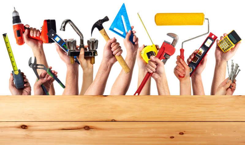 木板后各种人手里拿着不同的修理工具