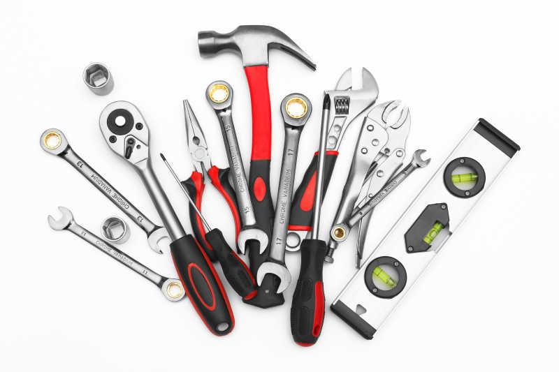 白色背景上的许多维修工具