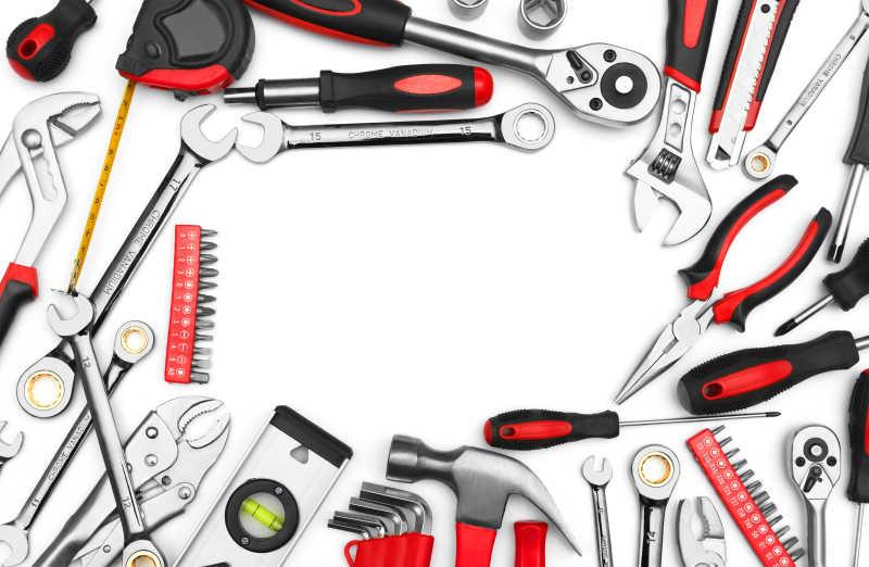 白色的背景上摆着许多崭新的维修工具