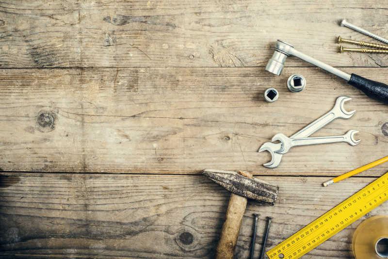 木板上凌乱的摆放着各种工具