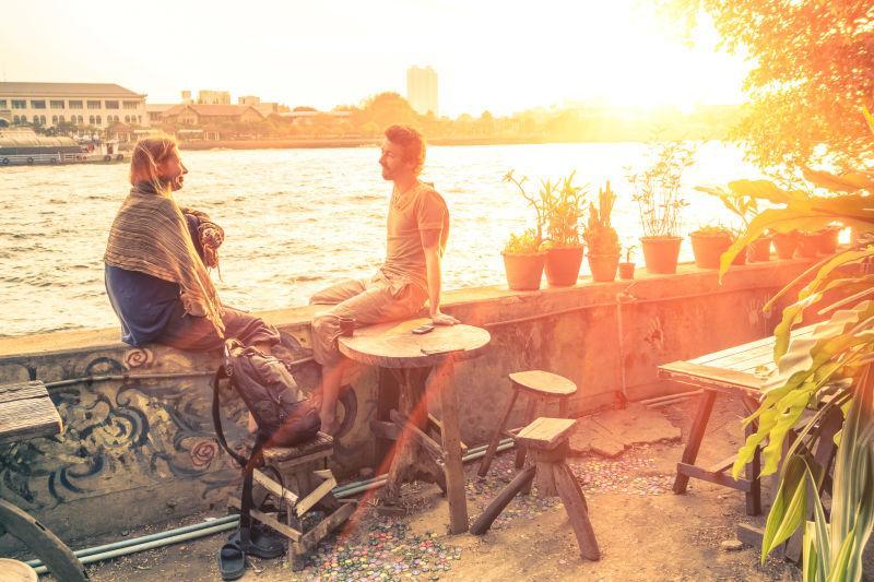 户外夕阳下交谈的情侣