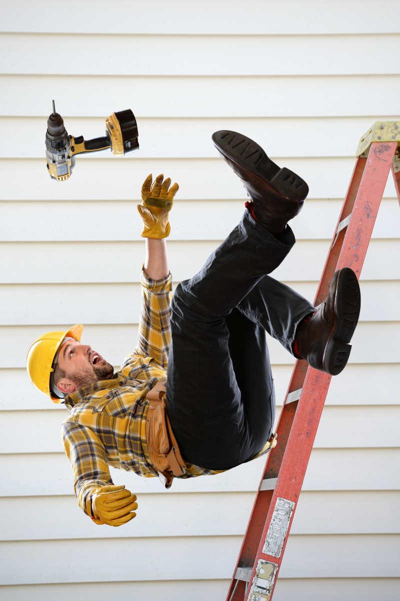 工人从梯子里掉下来