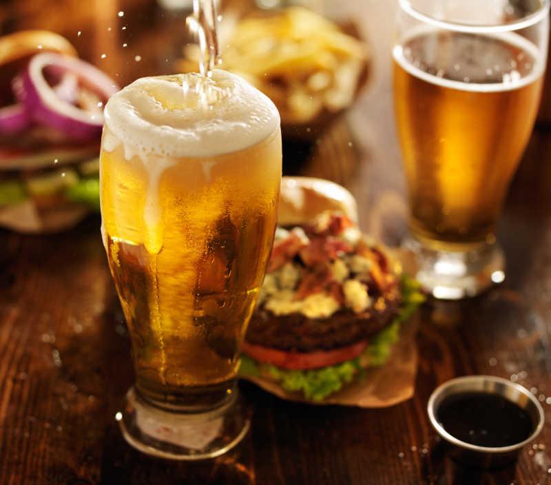 啤酒加美食汉堡