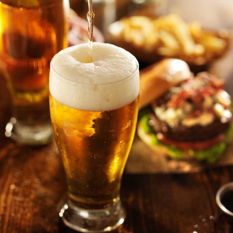 桌上的汉堡与啤酒
