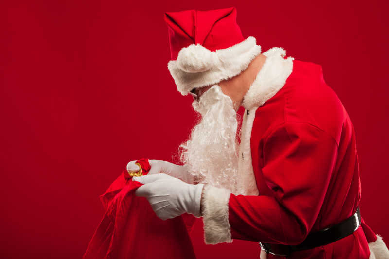 红色背景下的圣诞老人