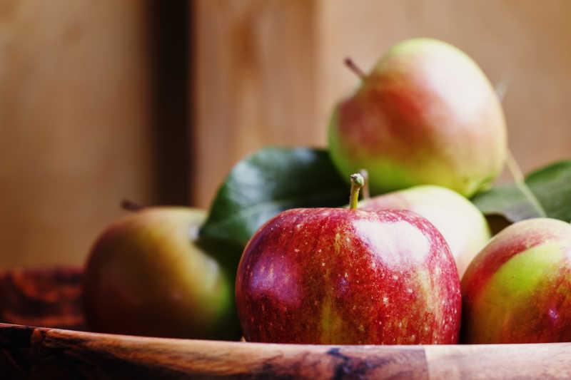 在一大碗中的新鲜苹果
