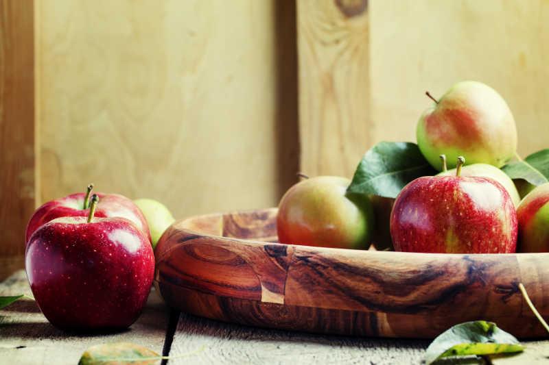 在一个古老的木制碗中的新鲜苹果