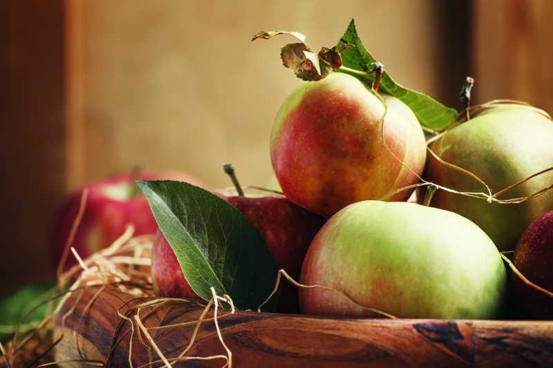 古老的木制碗里的甜苹果