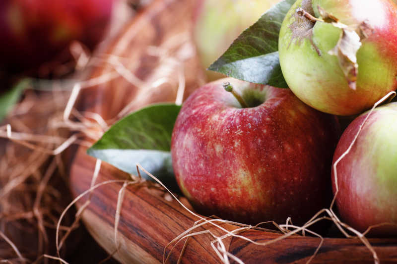 在一大碗干草中的新鲜苹果