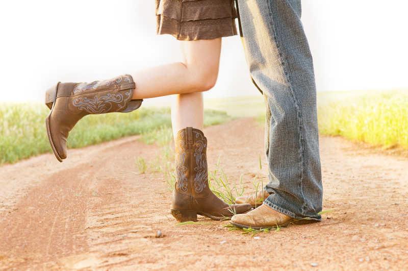 泥土路上的男女靴子