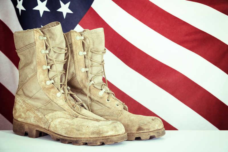 美国国旗背景下的战斗靴