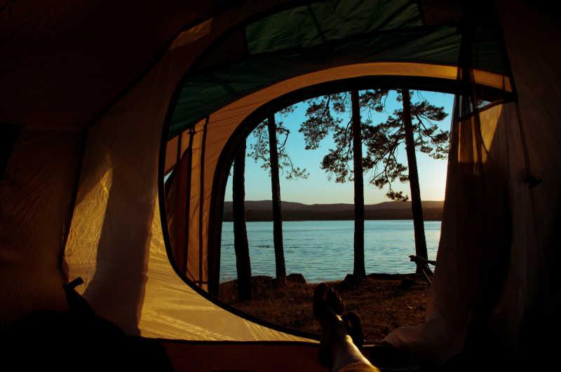 自然旅游帐篷外的蓝色大海风景