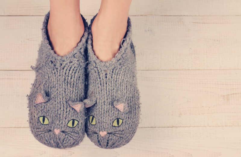 女子脚上穿着舒适温暖的羊毛袜