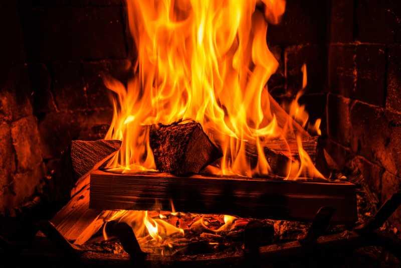 在一个老式砖壁炉里烧木头