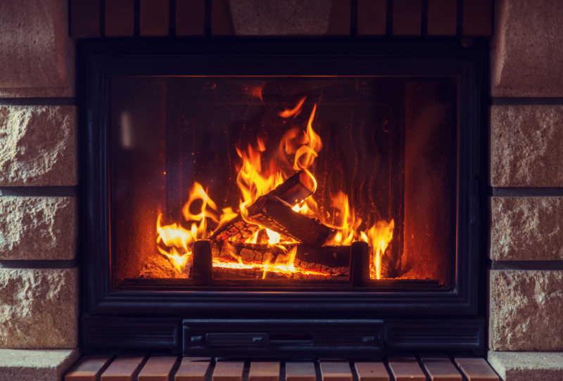 燃烧的壁炉里的火焰
