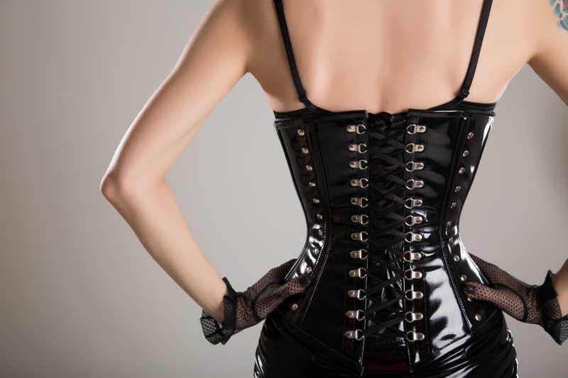 黑色皮衣性感女妖的后背