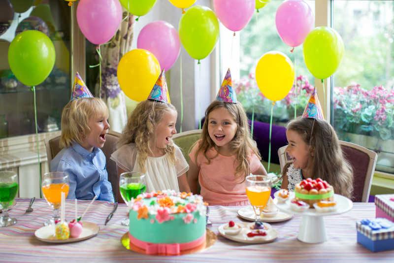 生日派对上微笑的孩子们