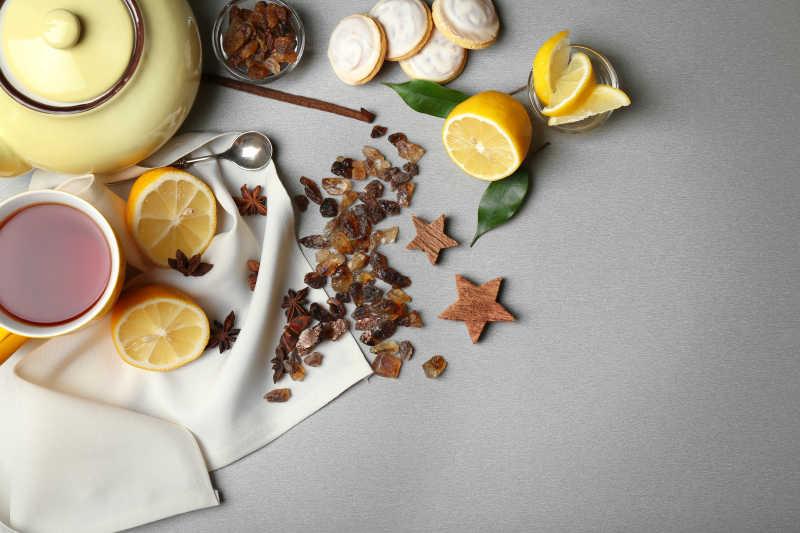 一杯水果茶和水果茶的原材料