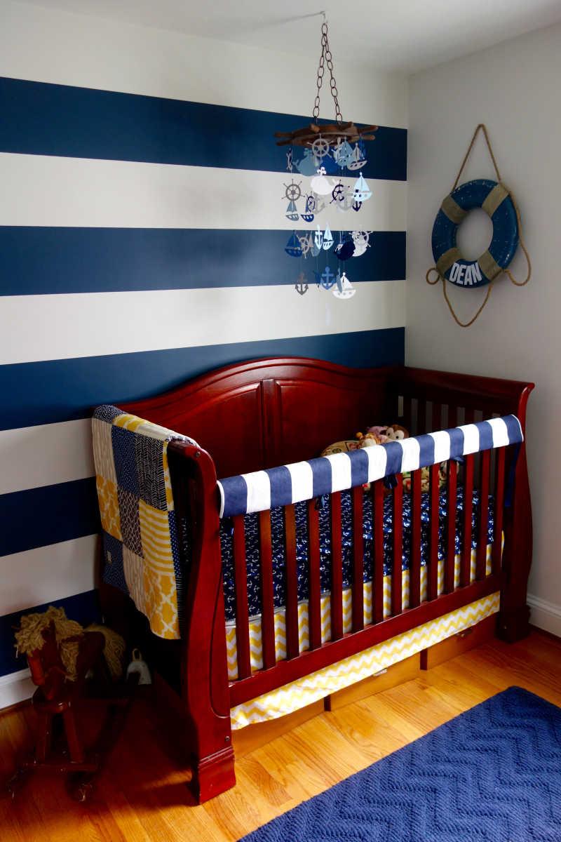 儿童卧室里的可爱的木质摇床