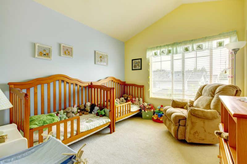 暖色调的儿童卧室