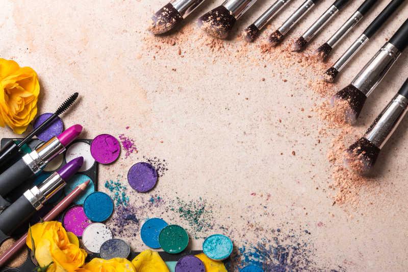 散落的彩妆用品和化妆刷