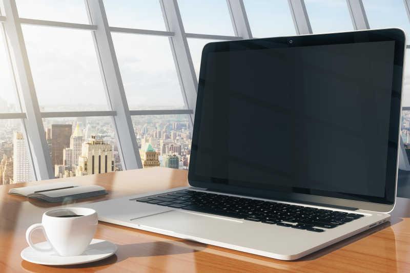 木桌上的空白笔记本电脑
