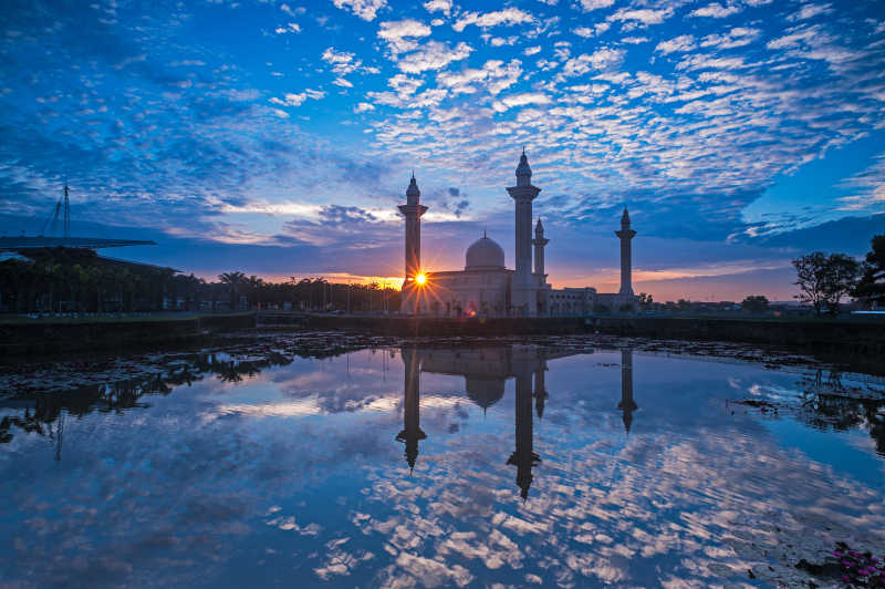 日出背景下的清真寺和重叠的云层