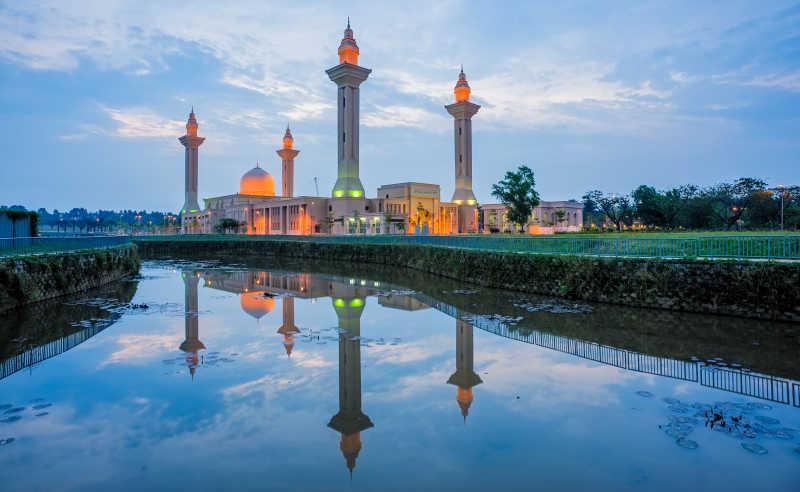 日落背景下的清真寺庙和倒影