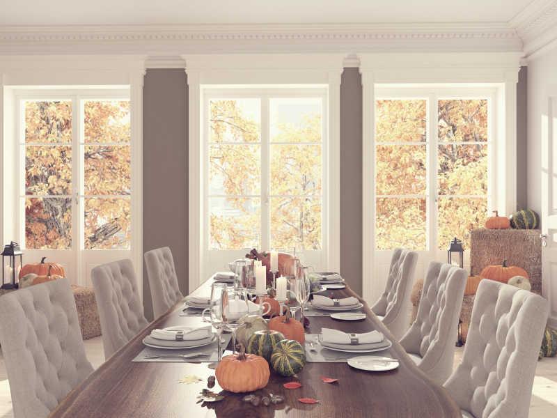 感恩节公寓里装饰好的餐桌