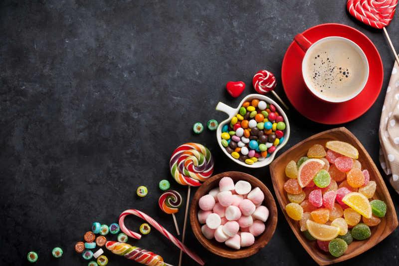 五颜六色糖果和咖啡